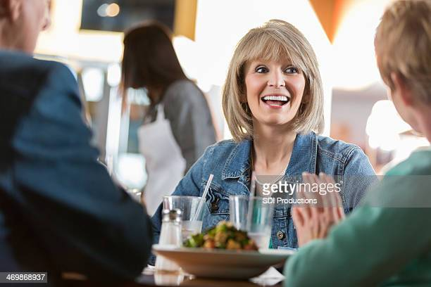 老人女性ご友人との会話の中には、レストランでの昼食