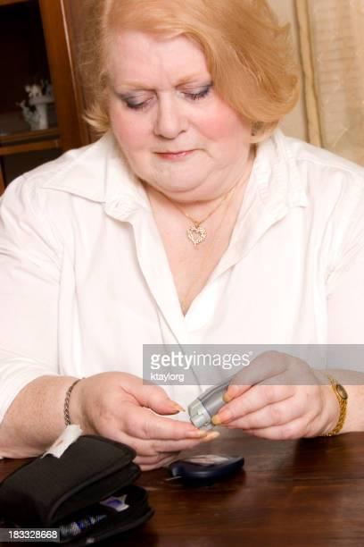 Mujer Senior prueba de azúcar en la sangre