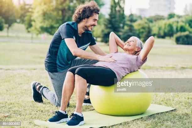 Haute femme formation avec ballon de pilates dans le parc