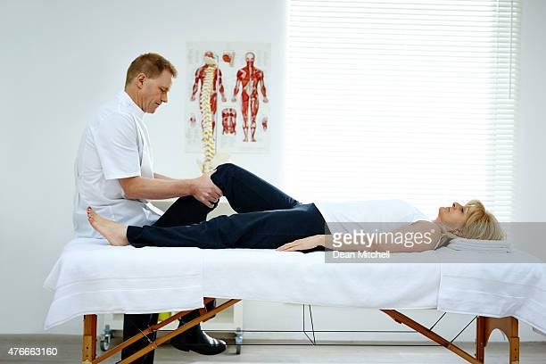 Senior femme en thérapie ostéopathique