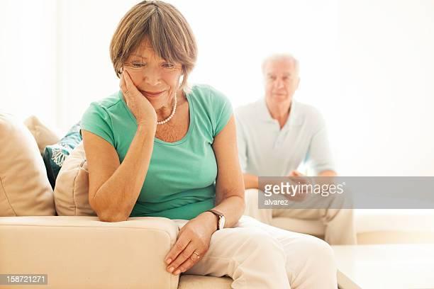Senior Frau verärgert, während Ehemann Uhren