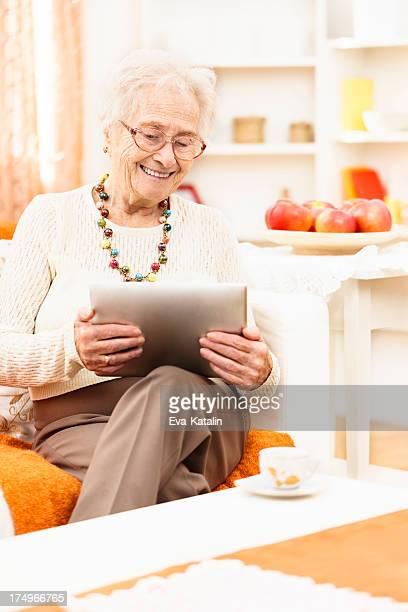 Senior Frau mit tablet PC