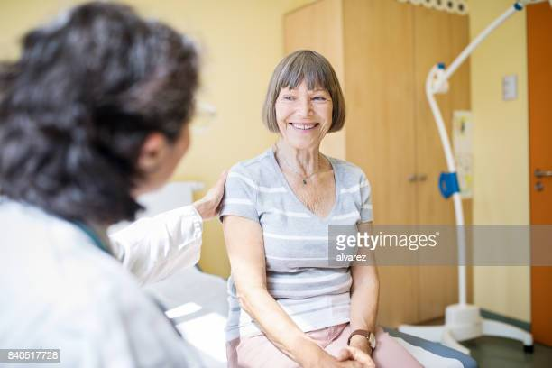 senior woman visiting hospital for health checkup - visita imagens e fotografias de stock