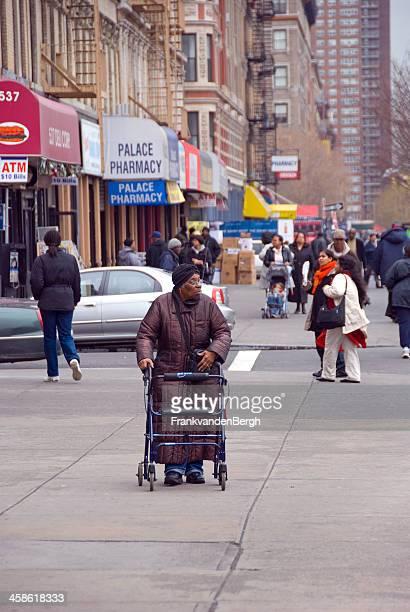 sênior mulher caminhando com walker, no harlem - east harlem - fotografias e filmes do acervo
