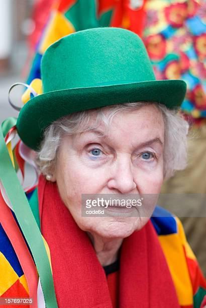 mulher idosa com óculos festa colorido fantasia de - colónia renânia imagens e fotografias de stock