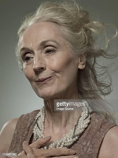 Senior Frau mit Perlen-Halskette, Porträt