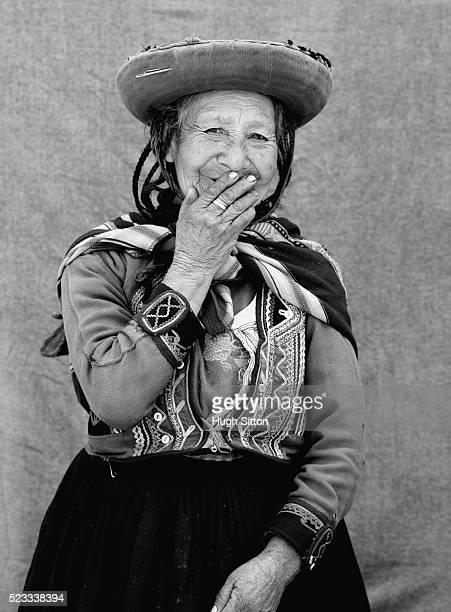 senior woman wearing traditional peruvian dress - hugh sitton 個照片及圖片檔