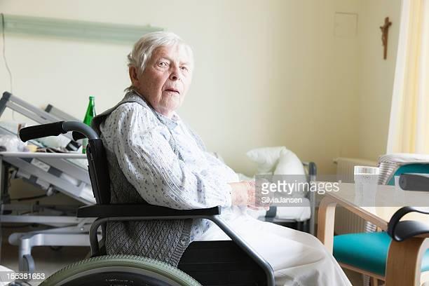 senior donna in sedia a rotelle in ospedale - solo una donna anziana foto e immagini stock
