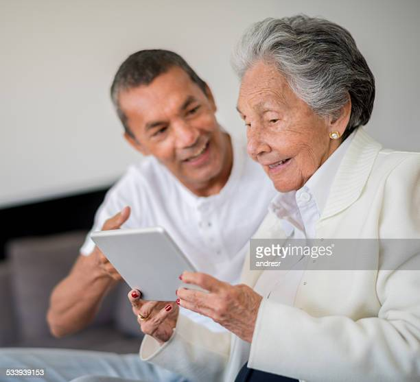 Senior Frau mit einem tablet-computer