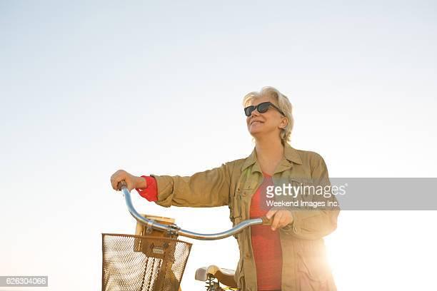Senior Frau mit Fahrrad