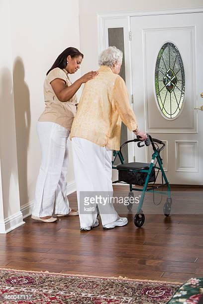 シニア女性、介護者