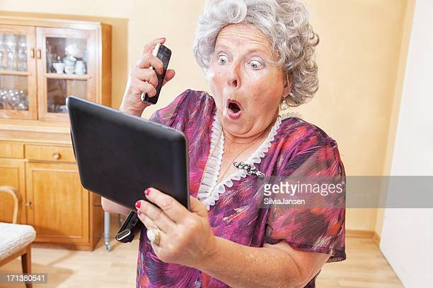 senior mujer con cellphone and tablet pc