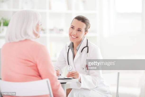 Mujer Senior con el médico.