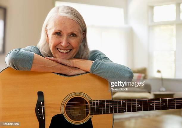 Senior Frau mit Gitarre
