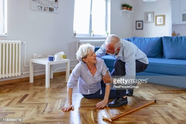 senior vrouw met hartaanval en hoofdpijn vallen thuis - vallen stockfoto's en -beelden