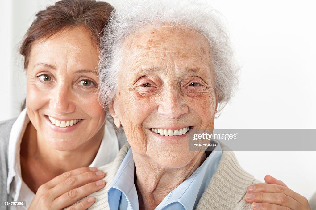 Senior Frau mit Ihrem fürsorgliche wie zu Hause fühlen. : Stock-Foto