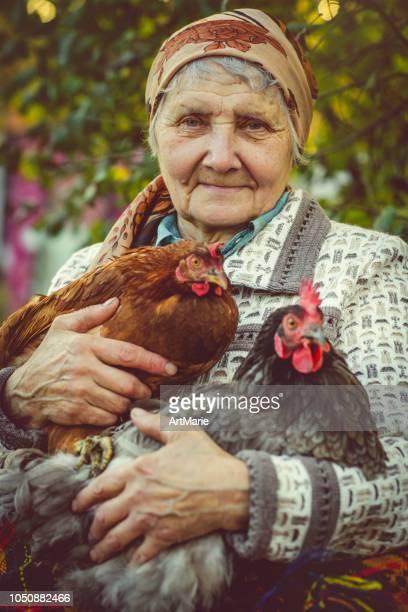 Ältere Frau mit ihrer Hühner