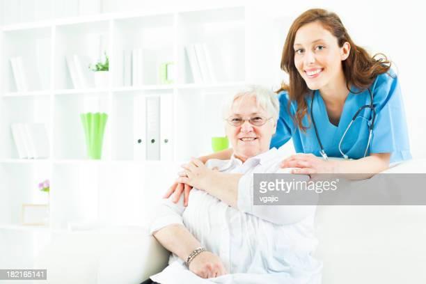 Ältere Frau mit einer Krankenschwester wie zu Hause fühlen.