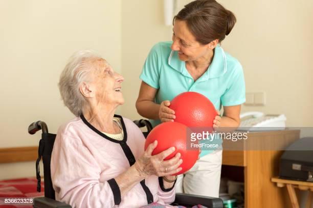Ältere Frau mit Physiotherapeuten