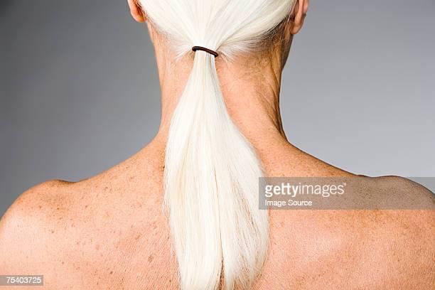 mujer senior con cola de caballo - lentigo fotografías e imágenes de stock