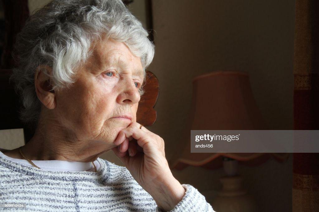 ältere Frau mit ernsten Ausdruck : Stock-Foto