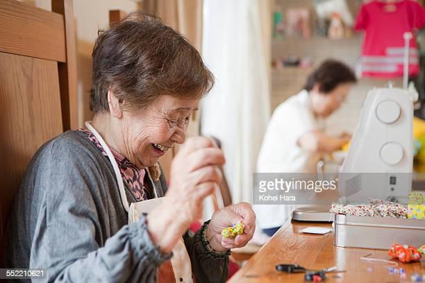 senior woman working at studio - ミシン ストックフォトと画像