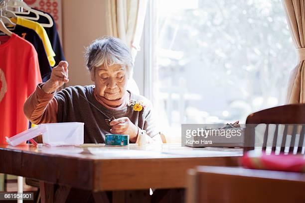 senior woman working at studio - 裁縫道具 ストックフォトと画像