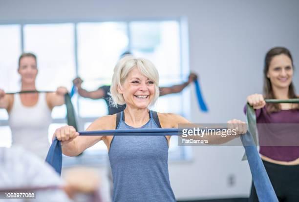 年配の女性のワークアウト - エクササイズクラス ストックフォトと画像