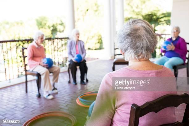 Senior vrouwen op een oefening klasse buitenshuis