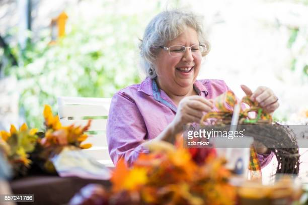 senior femenino elaboración - arte y artesanía fotografías e imágenes de stock