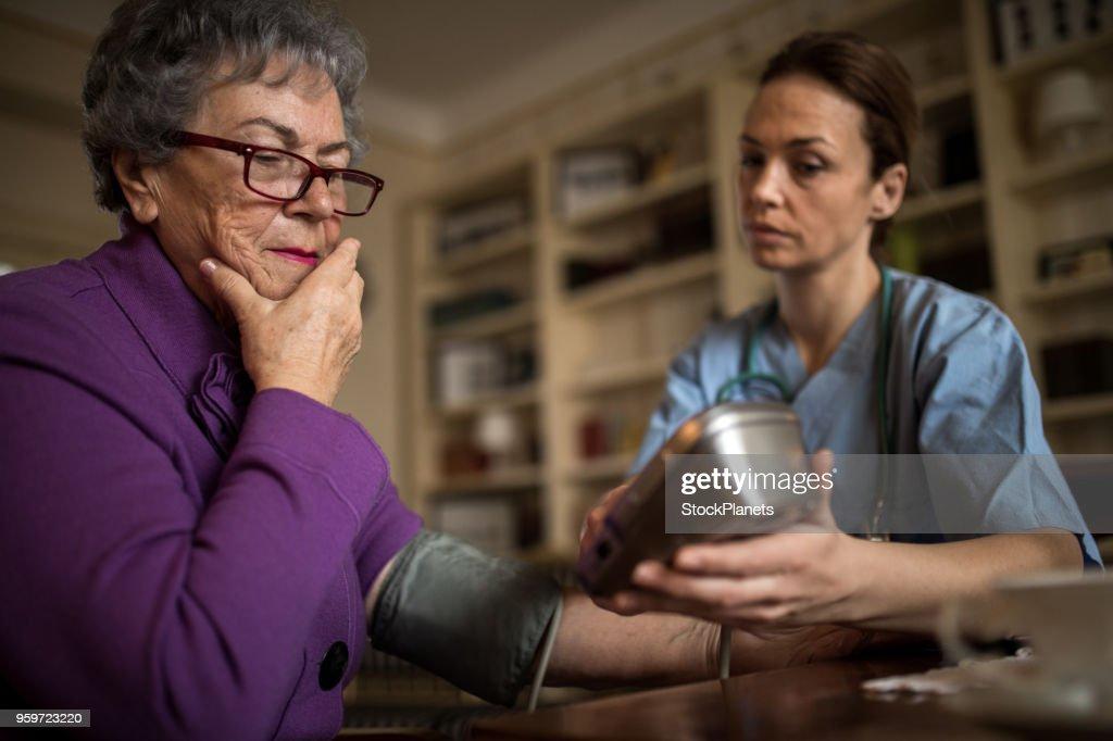 Alte Frauen fühlen sich nicht gut : Stock-Foto