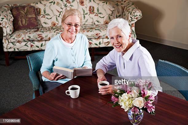 Ältere Damen trinken Kaffee