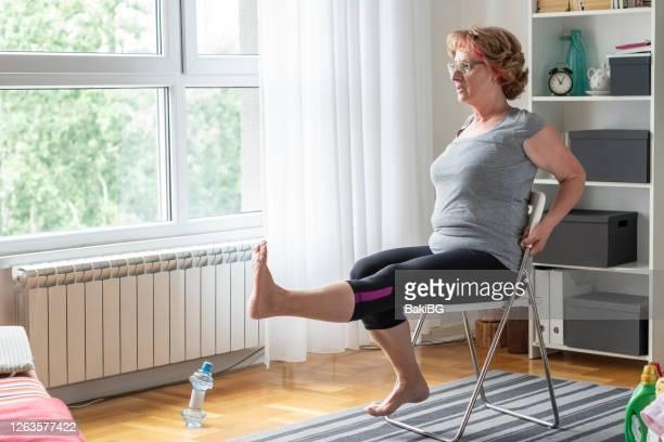 seniorinnen trainieren zu hause - turner syndrome stock-fotos und bilder
