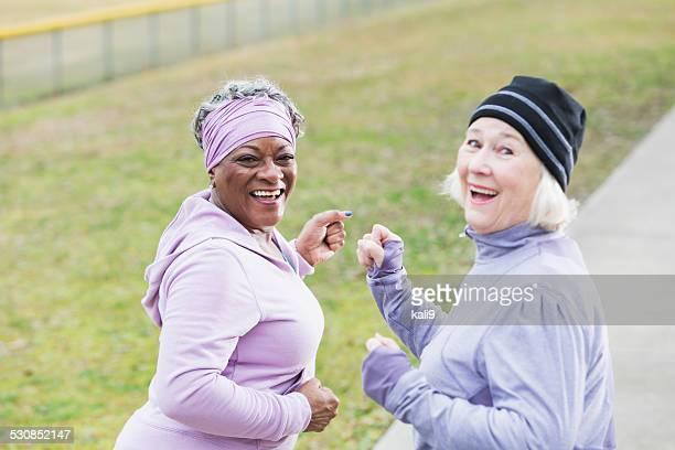 Senior mujer ejercicio, mirar por encima del hombro