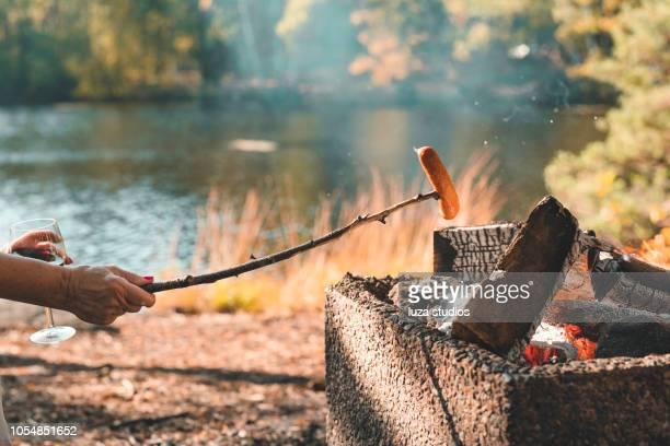 äldre kvinnor grilla korv i sverige - korv bildbanksfoton och bilder