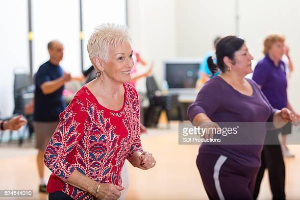 Mujeres mayores divertirse baile alineado