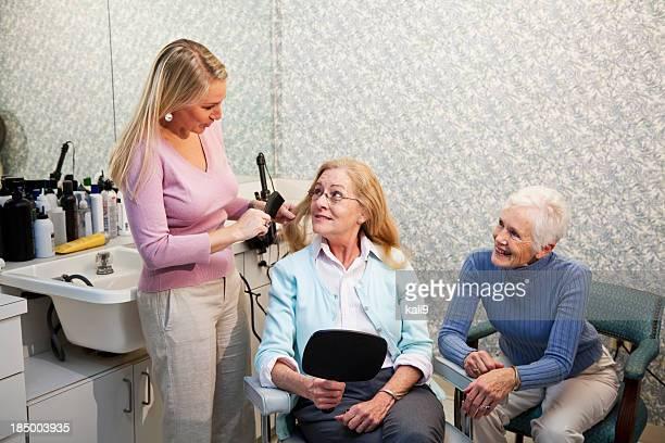年配の女性のヘアサロン