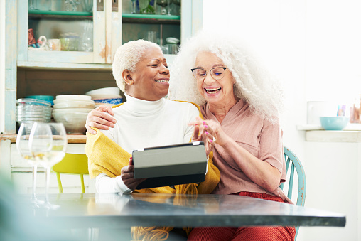 senior women in kitchen using digital tablet - gettyimageskorea