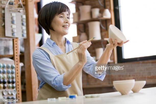 陶芸をするシニア女性