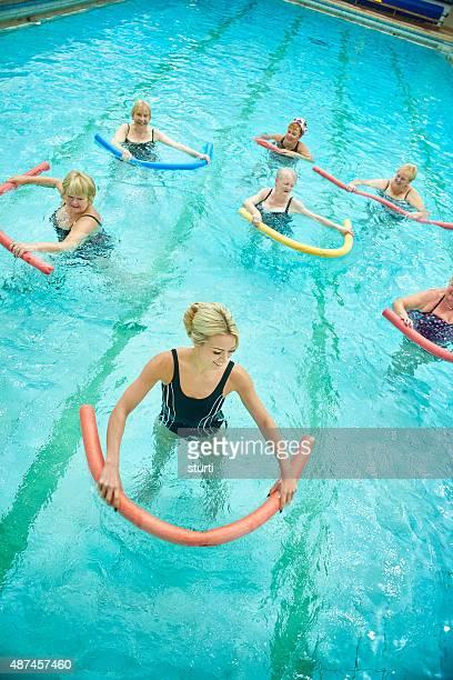 Femmes femmes seniors dirigé par instructeur d'aérobic de l'eau