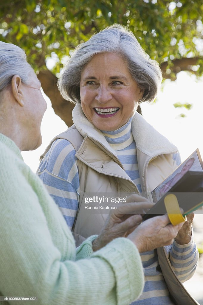 Senior women looking at photo album : Foto stock