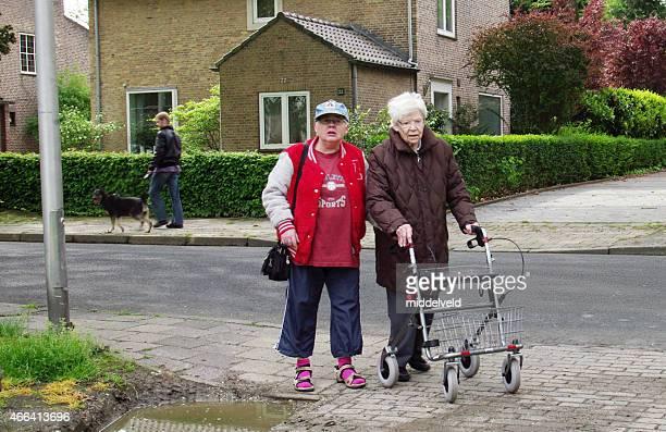 Ältere Frau macht eine Reise