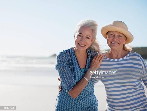 ältere frau am strand - freundin stock-fotos und bilder