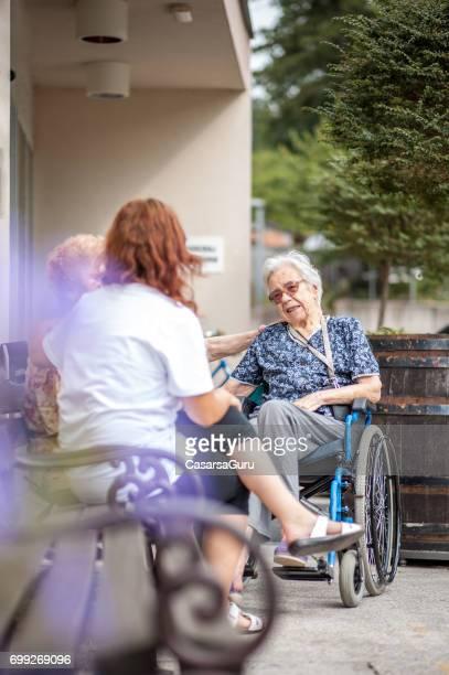 Frauen in Führungspositionen entspannende außerhalb der Seniorenheim