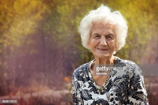Ältere Frauen, Lächeln, draußen