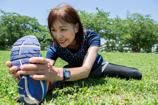 Senior women who carefully stretch - gettyimageskorea