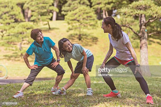 年配の女性と少女のストレッチ litlle 代々木公園