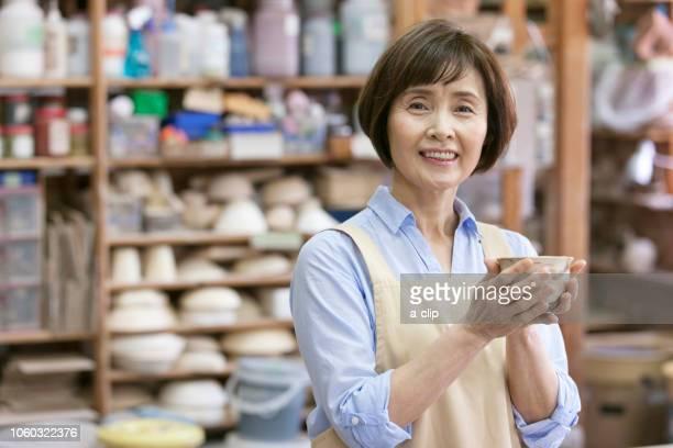 茶碗を持つシニア女性