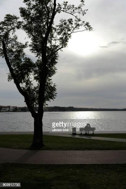 Seniorenpaar an der Uferprommenade des Sees Jezioro Drweckie in der Innenstadt von Ostorda Polen