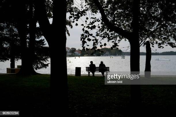 Seniorenpaar an der Uferprommenade des Sees Jezioro Drweckie in der Innenstadt von Ostorda Polen Polen